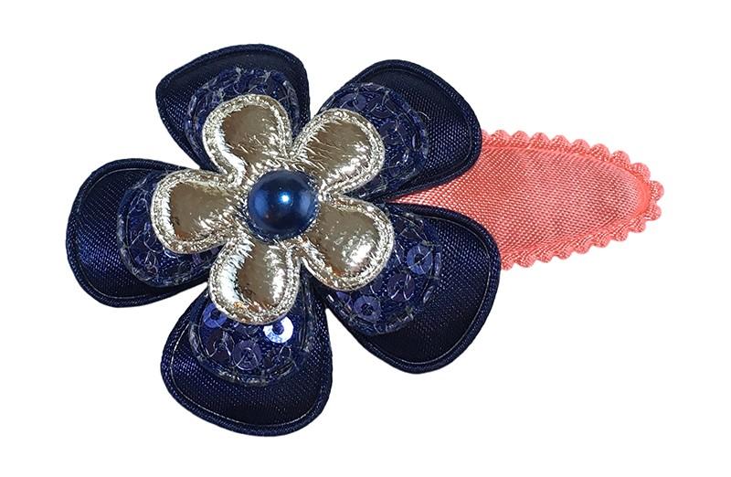 Leuk koraalroze peuter kleuter haarspeldje.  Met een effen donkerblauw bloemetje, een donkerblauw bloemetje met pailletjes en een glanzend zilver bloemetje.  Afgewerkt met een donkerblauw pareltje.