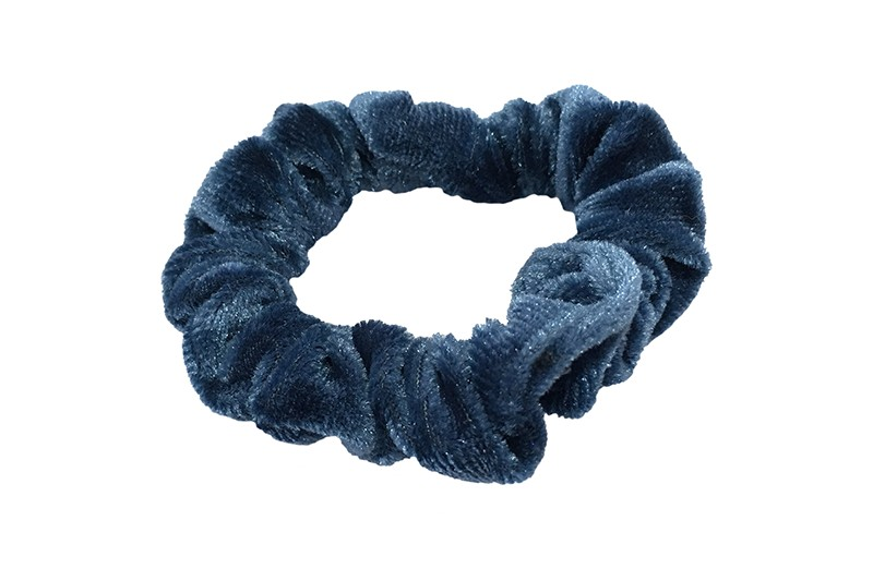 Leuke blauw fluweel stoffen scrunchie.  Van lekker zacht materiaal.  Heel makkelijk een leuk kapsel met deze populaire elastieken.  Geschikt voor klein tot groot. Van peuter en kleuter meiden tot tiener meiden.