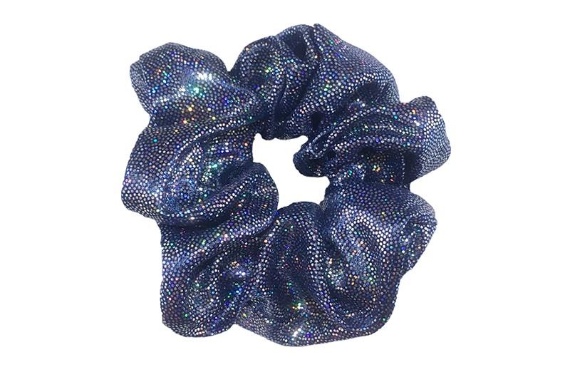 Vrolijke glanzende blauw stoffen scrunchie met glitterlook. Heel makkelijk een leuk kapsel met deze populaire elastieken.  Geschikt voor klein tot groot, kleuter meiden, grotere meiden, tiener meiden.