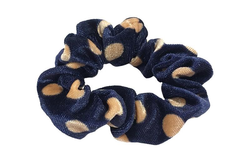 Vrolijke blauwe fluweel stoffen scrunchie met lichtbruine stippels.  Van lekker zacht materiaal.  Heel makkelijk een leuk kapsel met deze populaire elastieken.
