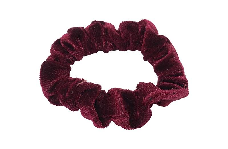 Leuke bordeaux rode fluweel stoffen scrunchie. Van lekker zacht materiaal. Heel makkelijk een leuk kapsel met deze populaire elastieken.  Geschikt voor klein tot groot. Van peuter en kleuter meiden tot tiener meiden.