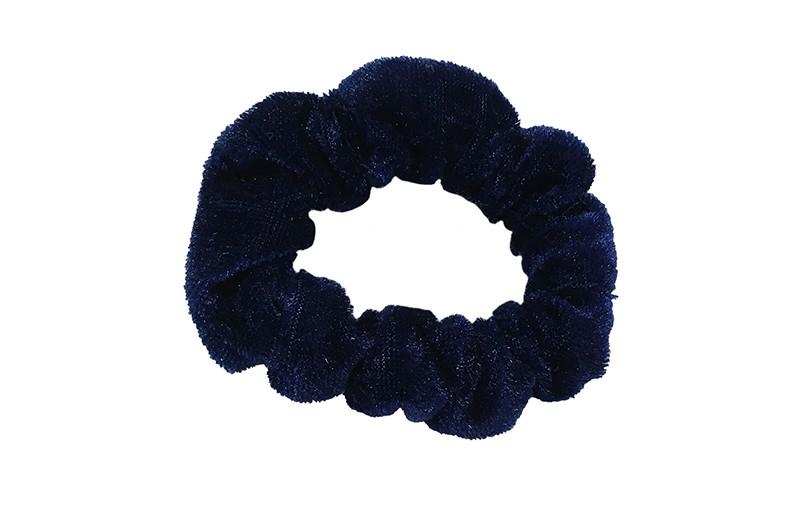 Leuke donker blauwe fluweel stoffen scrunchie. Van lekker zacht materiaal. Heel makkelijk een leuk kapsel met deze populaire elastieken.  Geschikt voor klein tot groot. Van peuter en kleuter meiden tot tiener meiden.