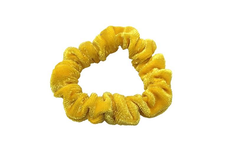 Leuke gele fluweel stoffen scrunchie. Van lekker zacht materiaal. Heel makkelijk een leuk kapsel met deze populaire elastieken.  Geschikt voor klein tot groot. Van peuter en kleuter meiden tot tiener meiden.