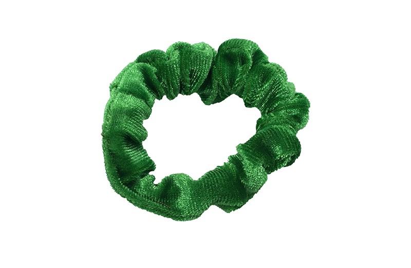 Leuk groen fluweel stoffen scrunchie. Van lekker zacht materiaal. Heel makkelijk een leuk kapsel met deze populaire elastieken. Geschikt voor klein tot groot. Van peuter en kleuter meiden tot tiener meiden.