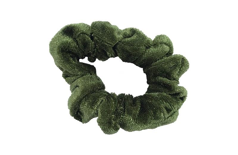 Leuke leger groene fluweel stoffen scrunchie. Van lekker zacht materiaal. Heel makkelijk een leuk kapsel met deze populaire elastieken.  Geschikt voor klein tot groot. Van peuter en kleuter meiden tot tiener meiden.