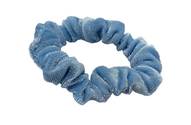 Leuke licht blauwe fluweel stoffen scrunchie.  Van lekker zacht materiaal.  Heel makkelijk een leuk kapsel met deze populaire elastieken.  Geschikt voor klein tot groot. Van peuter en kleuter meiden tot tiener meiden.