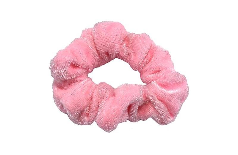 Leuke licht roze fluweel stoffen scrunchie. Van lekker zacht materiaal. Heel makkelijk een leuk kapsel met deze populaire elastieken.  Geschikt voor klein tot groot. Van peuter en kleuter meiden tot tiener meiden.
