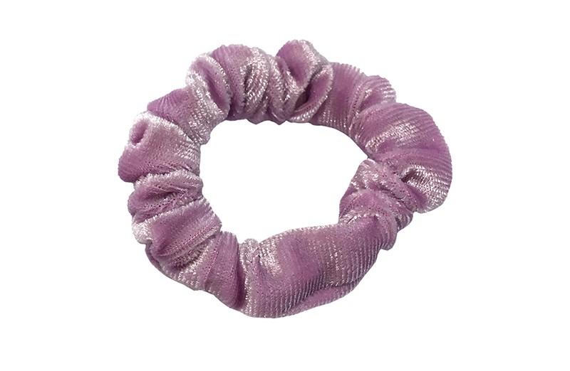 Leuke pastel lila fluweel stoffen scrunchie. Van lekker zacht materiaal. Heel makkelijk een leuk kapsel met deze populaire elastieken.  Geschikt voor klein tot groot. Van peuter en kleuter meiden tot tiener meiden.