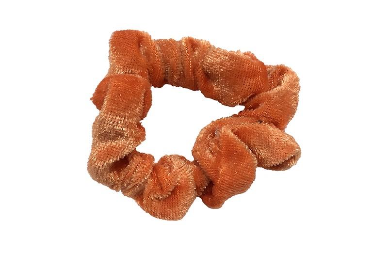 Leuke warm oranje (brique) fluweel stoffen scrunchie. Van lekker zacht materiaal. Heel makkelijk een leuk kapsel met deze populaire elastieken.  Geschikt voor klein tot groot. Van peuter en kleuter meiden tot tiener meiden.