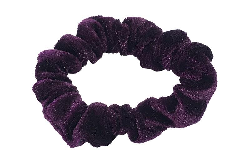 Leuke paarse fluweel stoffen scrunchie. Van lekker zacht materiaal. Heel makkelijk een leuk kapsel met deze populaire elastieken.  Geschikt voor klein tot groter, peuter en kleuter meiden.