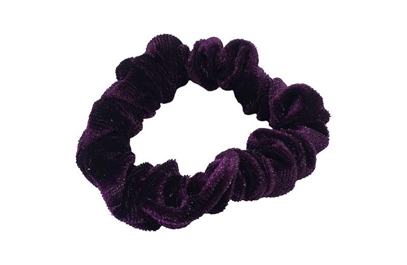 Leuke paarse fluweel stoffen scrunchie. Van lekker zacht materiaal. Heel makkelijk een leuk kapsel met deze populaire elastieken.  Geschikt voor klein tot groot. Van peuter en kleuter meiden tot tiener meiden.