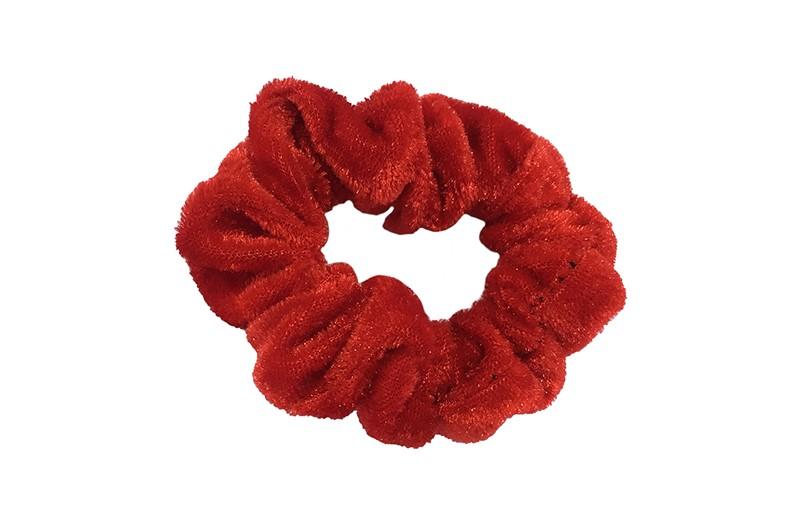 Leuke rode fluweel stoffen scrunchie. Van lekker zacht materiaal. Heel makkelijk een leuk kapsel met deze populaire elastieken.  Geschikt voor klein tot groot. Van peuter en kleuter meiden tot tiener meiden.