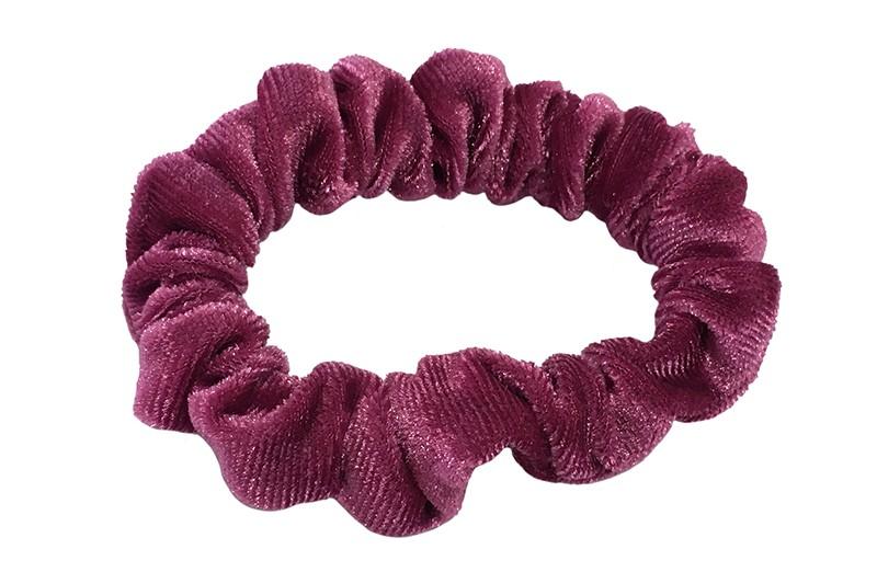 Leuke roze fluweel stoffen scrunchie. Van lekker zacht materiaal. Heel makkelijk een leuk kapsel met deze populaire elastieken.  Geschikt voor klein tot groter, peuter en kleuter meiden.