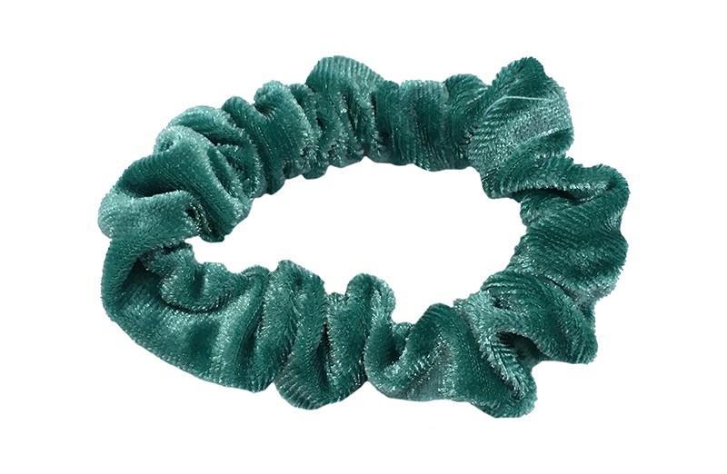 Leuke groen blauwe fluweel stoffen scrunchie. Van lekker zacht materiaal. Heel makkelijk een leuk kapsel met deze populaire elastieken.  Geschikt voor klein tot groter, peuter en kleuter meiden.