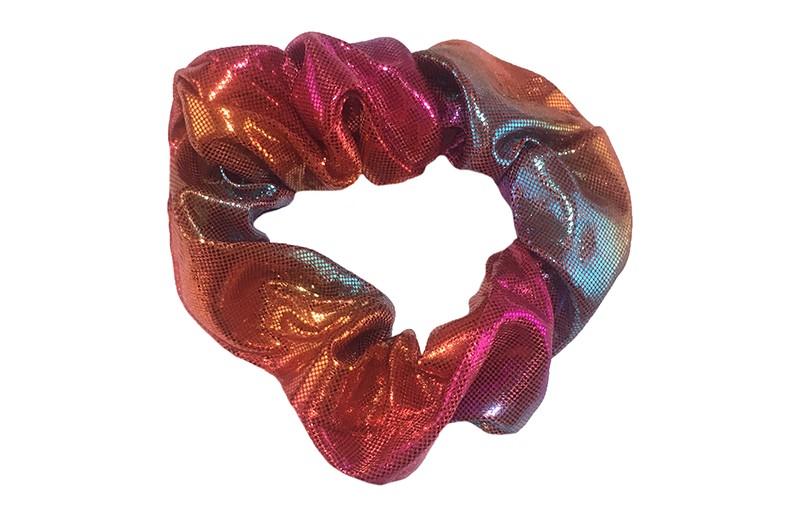 Vrolijke metallic look scrunchie.  Met verschillende in elkaar overlopende kleurtjes. Heel makkelijk een leuk kapsel met deze populaire elastieken.  Geschikt voor klein tot groot. Van kleuter meiden, tiener meiden tot volwassenen.