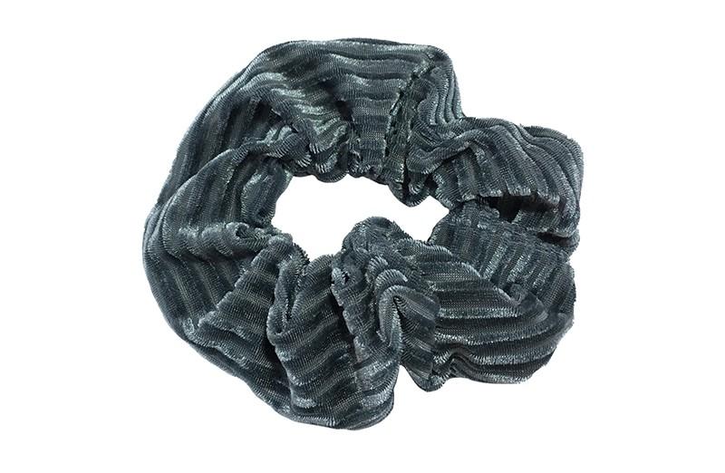Leuke grijs stoffen scrunchie (groot) in streepjeslook.  Heel makkelijk een leuk kapsel met deze populaire elastieken.  Geschikt voor klein en groot. Meisjes, tieners en dames.