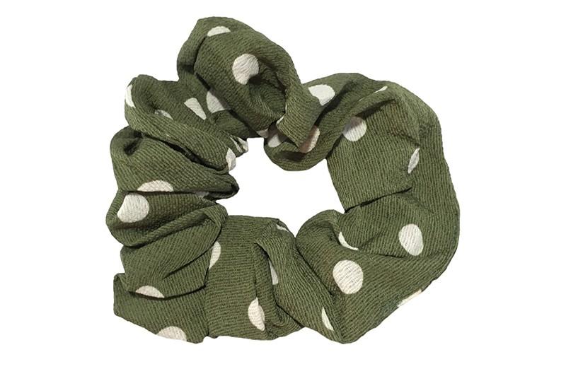 Vrolijke stoffen meiden dames scrunchie.  Van dunne olijfgroene stof met witte stippels.