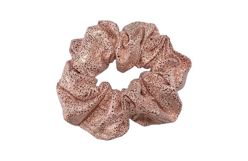 Hippe licht roze stoffen scrunchie met glitters. Heel makkelijk een leuk kapsel met deze populaire elastieken.  Geschikt voor klein tot groot. Van peuter en kleuter meiden tot tiener meiden.