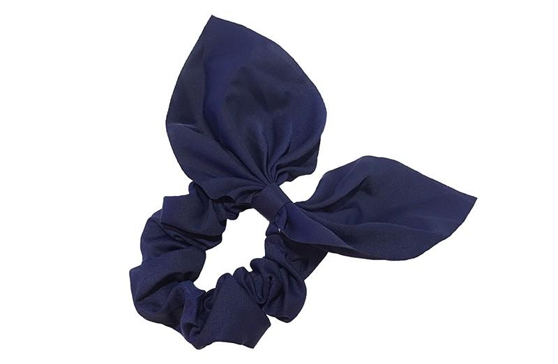 Hippe donkerblauwe scrunchie met strik.  Van fijne gladde stof.  Leuk voor de grotere meiden, tieners, volwassenen.  Met deze scrunchie's heel makkelijk een hip kapsel, in een hoge staart, halve staart, om een knot.  Ook leuk om deze scrunchie om je pols te dragen.
