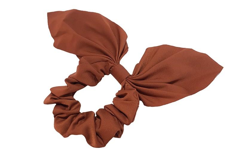 Hippe scrunchie met strik in een mooie kastanjebruine kleur.  Van fijne gladde stof.  Leuk voor de grotere meiden, tieners, volwassenen.  Met deze scrunchie's heel makkelijk een hip kapsel, in een hoge staart, halve staart, om een knot.  Ook leuk om deze scrunchie om je pols te dragen.
