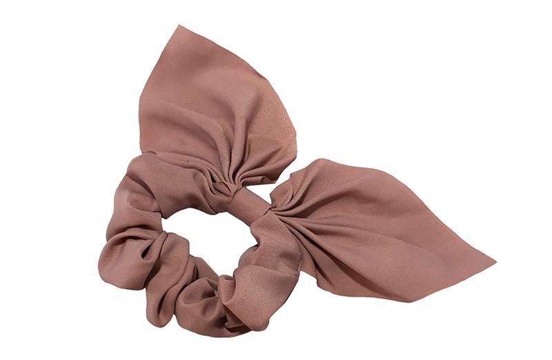 Hippe scrunchie met strik oudroze.  Van fijne gladde stof.  Leuk voor de grotere meiden, tieners, volwassenen.  Met deze scrunchie's heel makkelijk een hip kapsel, in een hoge staart, halve staart, om een knot.  Ook leuk om deze scrunchie om je pols te dragen.