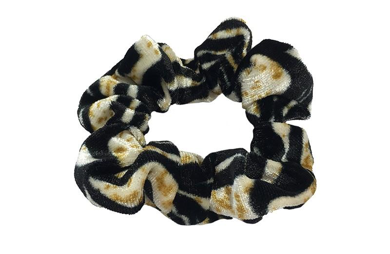 Vrolijke fluweel stoffen scrunchie met zwart bruin dieren dessin.  Van lekker zacht materiaal.  Heel makkelijk een leuk kapsel met deze populaire elastieken.