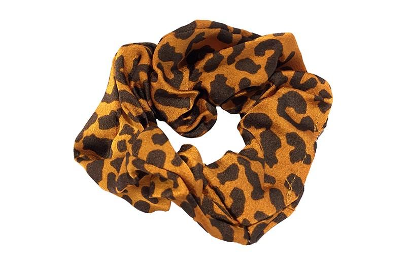 Leuke oranje bruin stoffen scrunchie met dierenprint. Heel makkelijk een leuk kapsel met deze populaire elastieken. Geschikt voor klein tot groot. Van kleuter meiden, tiener meiden tot volwassenen.