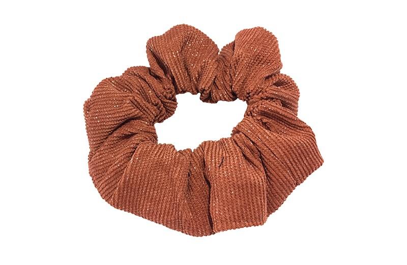 Hippe oranje bruine scrunchie in riblook. Met vrolijke kleine glittertjes door de stof.  Geschikt voor grote en kleine meisjes, tieners.