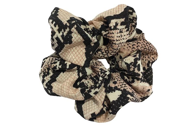 Leuke stoffen scrunchie met slangenprint. Heel makkelijk een leuk kapsel met deze populaire elastieken.  Geschikt voor klein tot groot. Van kleuter meiden, tiener meiden tot volwassenen.