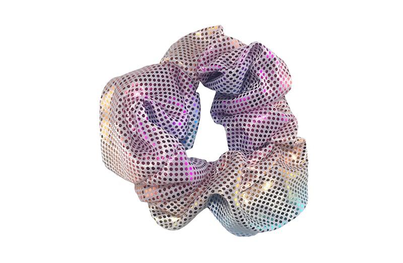 Vrolijke glanzende stoffen scrunchie met glitterlook. Heel makkelijk een leuk kapsel met deze populaire elastieken.  Geschikt voor klein tot groot, kleuter meiden, grotere meiden, tiener meiden.
