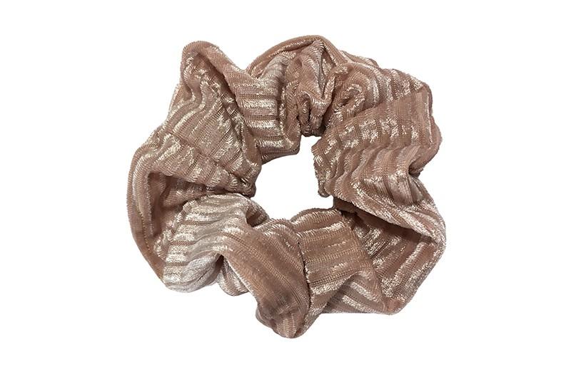 Leuke zacht roze kleurige stoffen scrunchie (groot) in streepjeslook.  Heel makkelijk een leuk kapsel met deze populaire elastieken. Geschikt voor klein en groot. Meisjes, tieners en dames.