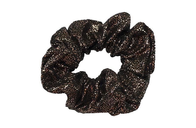 Hippe zwarte stoffen scrunchie met brons glitter. Heel makkelijk een leuk kapsel met deze populaire elastieken.  Geschikt voor klein tot groot. Van peuter en kleuter meiden tot tiener meiden.