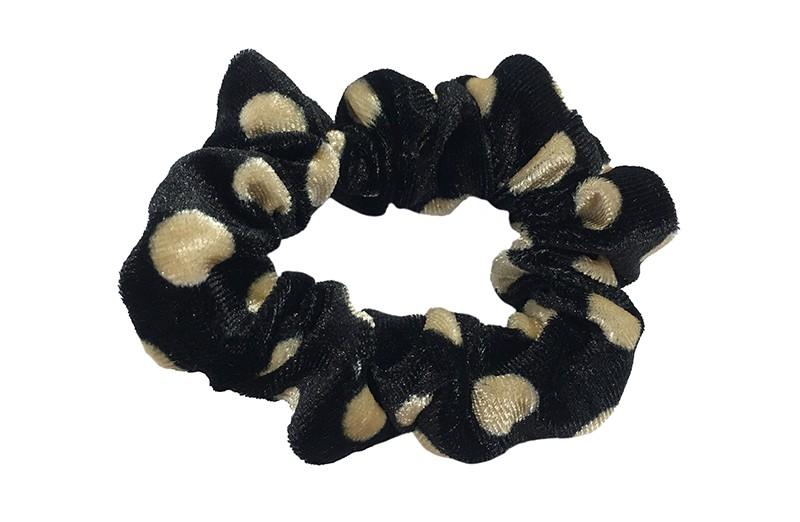 Vrolijk zwart fluweel stoffen scrunchie met lichtbruine stippels.  Van lekker zacht materiaal.  Heel makkelijk een leuk kapsel met deze populaire elastieken.