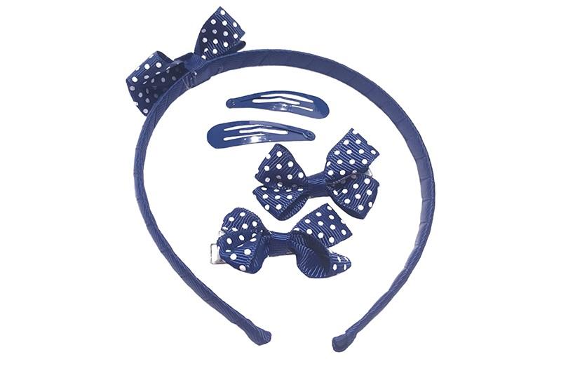 Vrolijk setje haaraccesoires:  1 donkerblauwe diadeem met donkerblauw wit gestippeld strikje  2 haarknipjes met donkerblauw strikje met witte stippeltjes. Het strikje is ongeveer 5 centimeter.  2 donkerblauwe basis haarspeldjes.