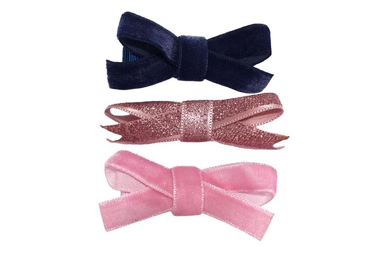 Leuk setje van 3 verschillende haarstrikjes van lint.  1 donkerblauw velvet strikje op een plat haarknipje bekleed met donkeblauw lint.  1 licht roze velvet strikje op een plat haarknipje bekleed met lichtroze lint.  1 glitter roze haarstrikje op een plat haarknipje bekleed met licht roze lint.