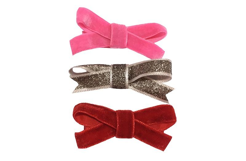 Leuk setje van 3 verschillende haarstrikjes van lint.  1 rood velvet strikje op een plat haarknipje bekleed met rood lint.  1 fel roze velvet strikje op een plat haarknipje bekleed met felroze lint.  1 glitter brons haarstrikje op een plat haarknipje bekleed met grijs lint.