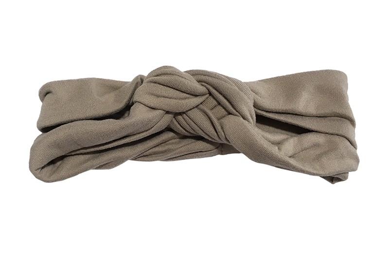 Leuk smal stoffen baby peuter haarbandje taupe.  In een dubbel in elkaar geknoopt modelletje.  Van lekker zachte rekbare stof. Geschikt tot ongeveer 1.5 a 2 jaar. Het haarbandje is ongeveer 3.5 centimeter hoog.