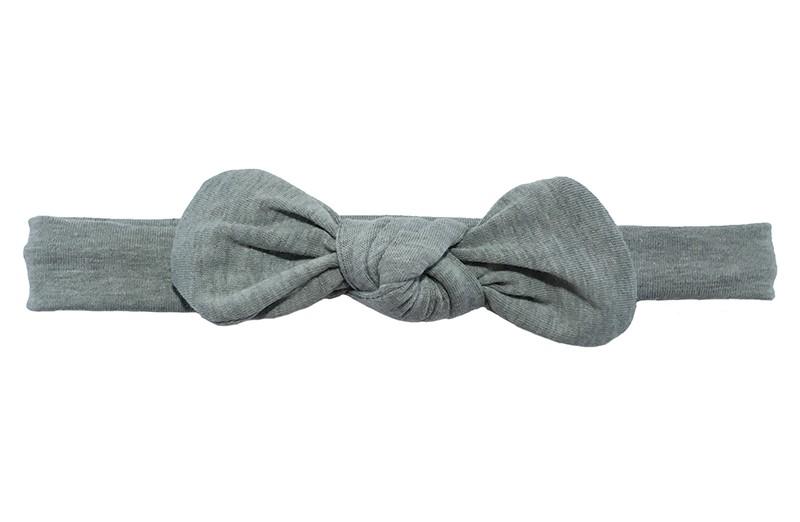 Lief smal stoffen peuter, kleuter haarbandje grijs.  Van goed rekbare zachte stof, geknoopt in een leuk modelletje.  Niet uitgerekt is het haarbandje ongeveer 20 centimeter breed en 2 centimetr hoog.