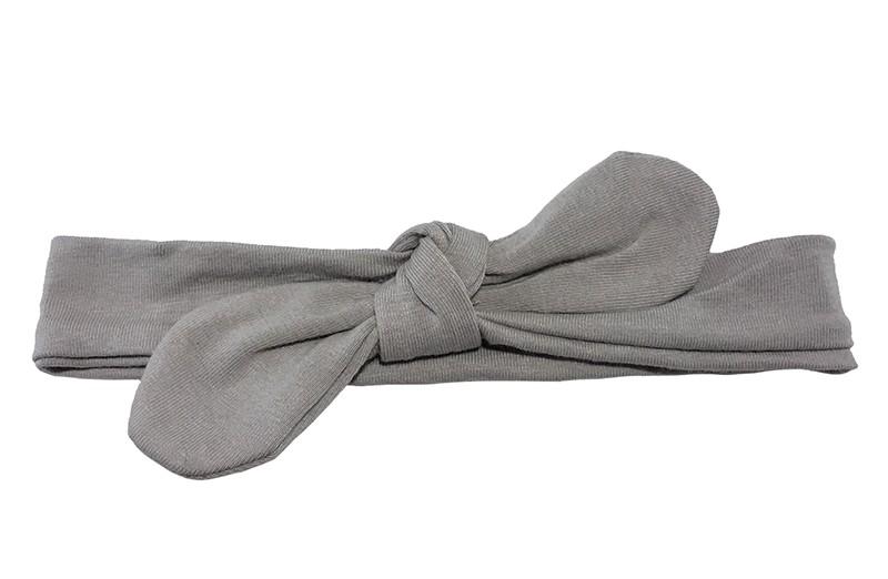 Lief smal licht grijs baby peuter haarbandje.  Van zachte rekbare stof. Geschikt tot en met ongeveer 2 jaar.  Geknoopt in een leuk modelletje. Het haarbandje is ongeveer 3 centimeter hoog.