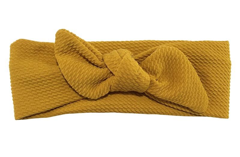 Schattig oker geel stoffen baby peuter haarbandje.  Het haarbandje is van iets rekbare stof met een mooi patroontje in de stof.  Geknoopt in een leuk oortjes model.  Het haarbandje is geschikt tot en met ongeveer 18 maanden à 2 jaar.