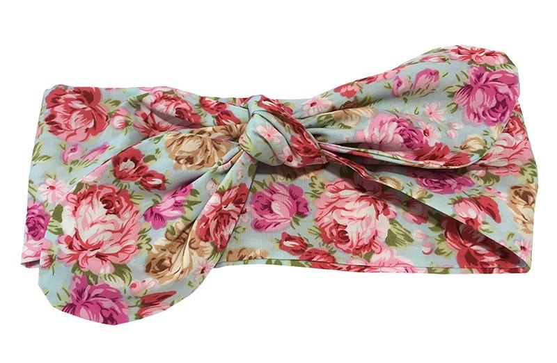 Vrolijke baby peuter haarband van dunne blauwe stof met roze roosjes motiefjes.  Dit haarbandje is van dunne katoen stof die niet rekbaar is. Plat neergelegd is het haarbandje ongeveer 21 centimeter breed. Makkelijk zelf te knopen, zo kun je zelf de grote van de strik bepalen.
