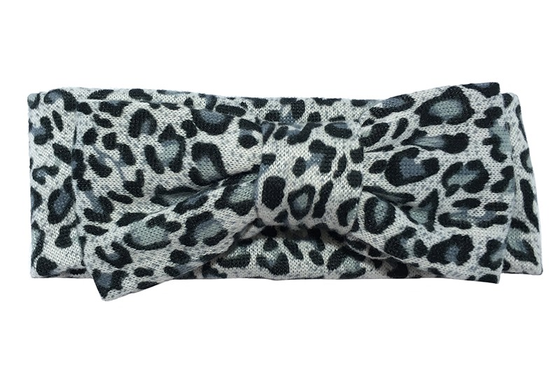 Leuke licht stoffen baby peuter haarband. Met een grijs met zwart luipaarddessin en vrolijke kleine stipjes.  Met een grote stoffen strik in hetzelfde luipaarddessin. Van lekker zachte rekbare stof.  De breedte/ hoogte van het haarbanje is ongeveer 6 centimeter. De strik van het haarbandje is 12.5 centimeter.