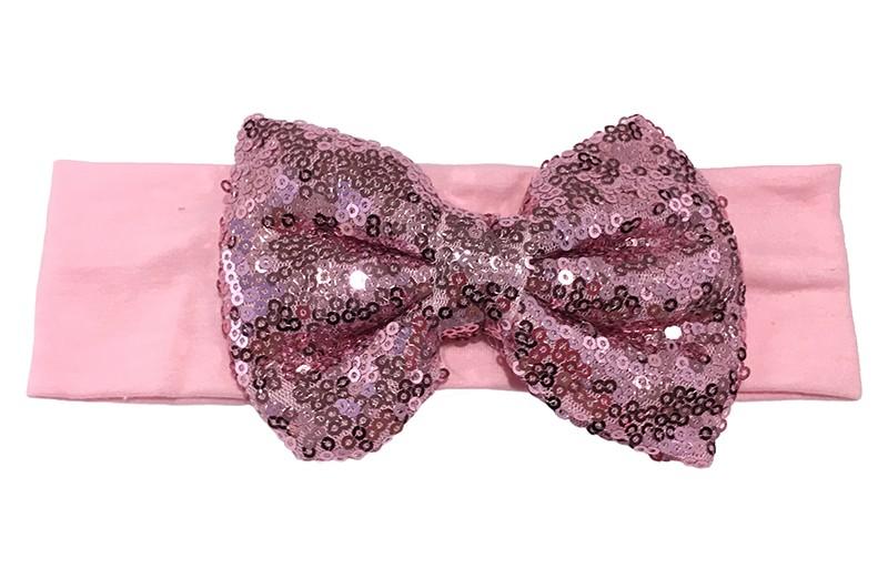 Leuke licht roze stoffen baby, peuter, meisjes haarband. Van zachte rekbare stof.  Met een grote fel roze strik met pailletjes van ongeveer 11 centimeter breed. Niet uitgerekt is het haarbandje ongeveer 18 centimeter en 5.5 centimeter breed.