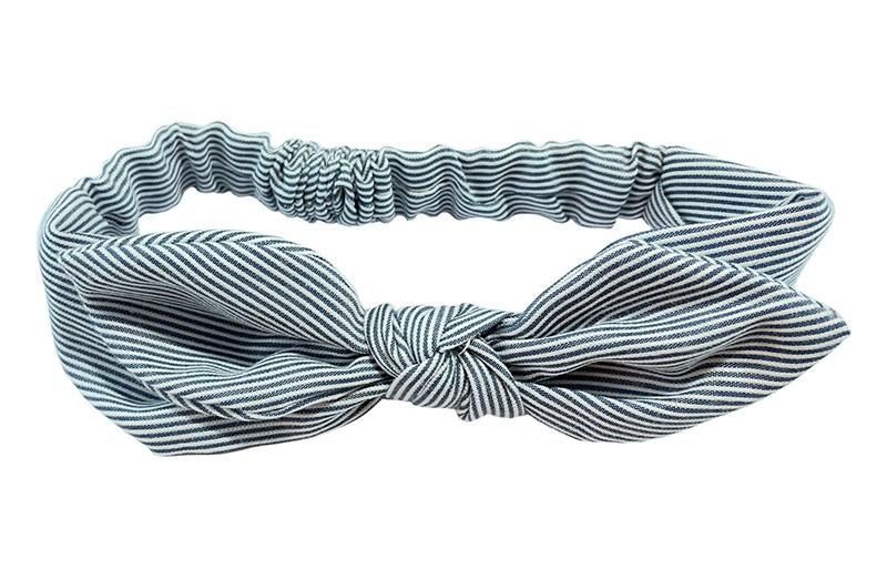 Schattig blauw met wit gestreept peuter haarbandje.  Geknoopt in een vrolijk modelletje met 'oortjes' Het haarbandje heeft een goed rekbaar gedeelte daardoor geschikt tot en met ongeveer 3 jaar.