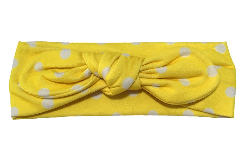 Schattig lichtroze stoffen baby peuter haarbandje.  Met vrolijke witte stippels geknoopt in een leuk modelletje.  Het haarbandje is van een zachte rekbare stof, geschikt tot ongeveer 2 jaar.
