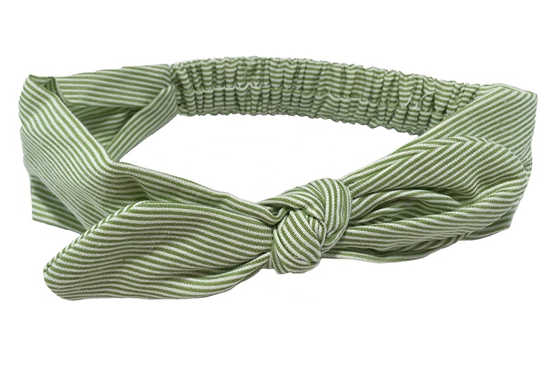Vrolijk licht groen met wit gestreept, stoffen haarbandje.  In leuk geknoopt model. Doordat het elastische deel goed te rekken is, is dit haarbandje geschikt voor peuter meisjes en iets grotere meisjes. Het haarbandje is ongeveer 4.5 centimeter breed.