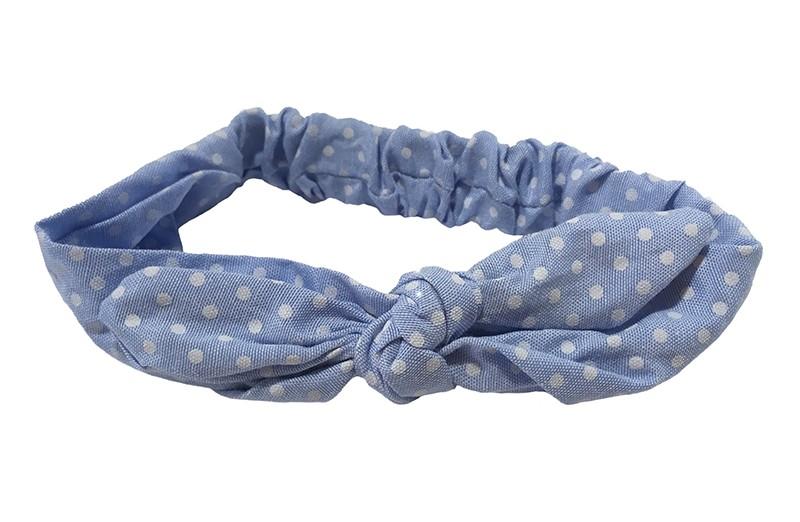 Vrolijk licht blauw stoffen haarbandje met stippeltjes. In leuk geknoopt model met in de oortjes een ijzerdraadje. Doordat het elastische deel goed te rekken is, is dit haarbandje geschikt voor meisjes van ongeveer 2 tot en met 4 jaar.  Het haarbandje is ongeveer 5.5 centimeter breed.