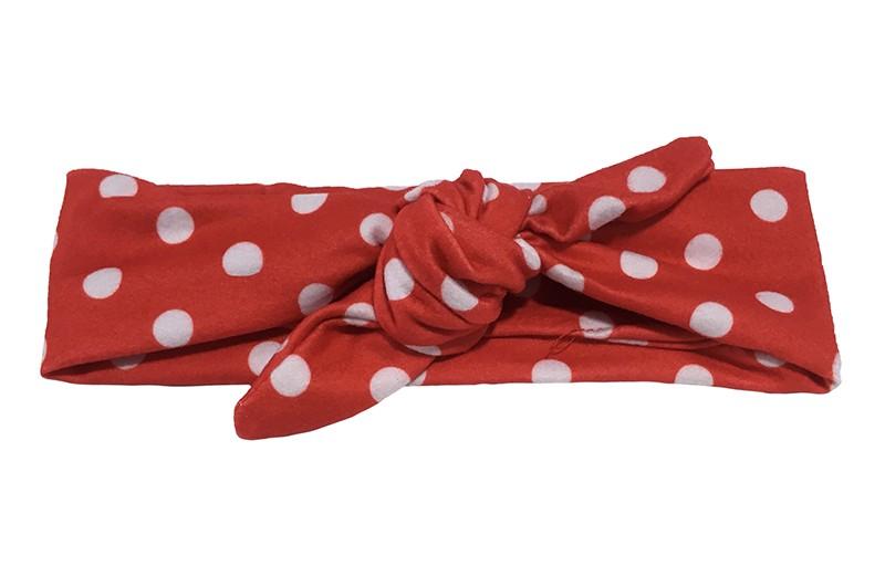 Leuk baby, peuter, meisjes knoop haarbandje. Van zachte rode stof met witte stippen.  Dit haarbandje is van rekbare stof en heel makkelijk zelf te knopen zo kun je lang plezier hebben van dit leuke haarbandje.  Het haarbandje is ongeveer 5.5 centimeter breed.
