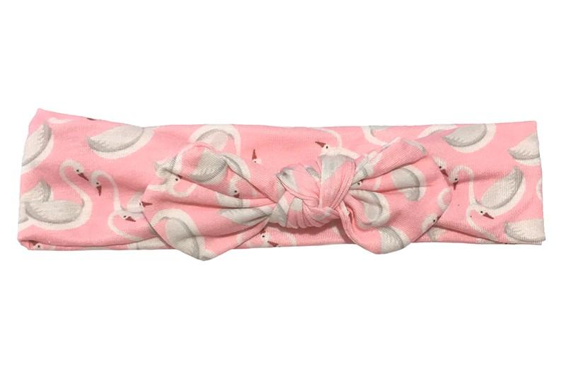 Vrolijk roze baby peuter haarbandje. Met een leuk wit grijs zwaantjes dessin.  Het haarbandje is van zachte rekbare stof. Geknoopt in een leuk modelletje.