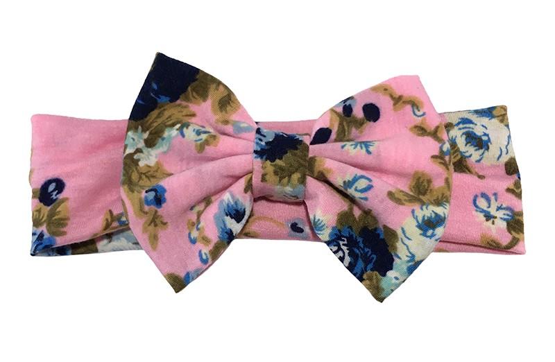 Vrolijk licht roze stoffen baby peuter haarbandje met blauwe bloemmotiefjes.  Met een grote stoffen strik van dezelfde vrolijke stof.  Het bandje is van rekbare zachte stof ongeveer 5 centimeter breed.
